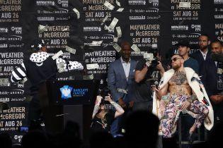 Мейвейзер закидав Макгрегора доларами під час прес-конференції