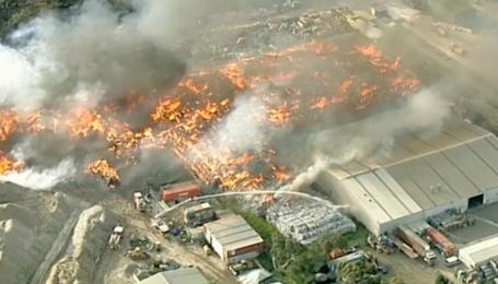 Мельбурн охопив їдкий дим, горить центр з переробки відходів