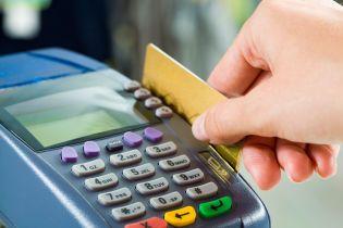 Украинцы стали в три раза чаще рассчитываться банковскими картами, чем наличными. Инфографика