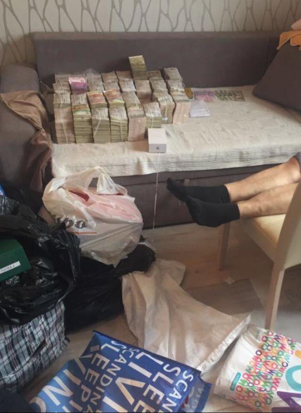 Матіос показав фото стосів грошей у квартирі Клименка