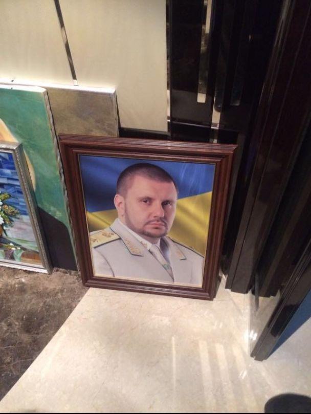 Матиос показал фото куч денег в квартире Клименко