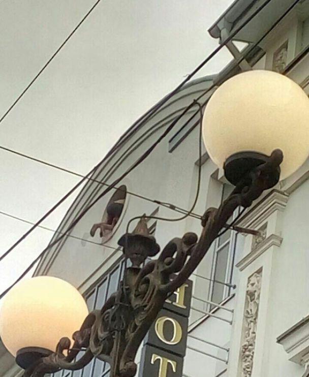 """""""Он стоял весь окровавленный"""": в Виннице копы спасли мужчину, который хотел прыгнуть с крыши дома"""