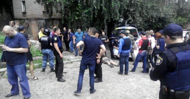 Люди эвакуированы, уголовник выпрыгнул с 3-го этажа— Спецоперация КОРДа