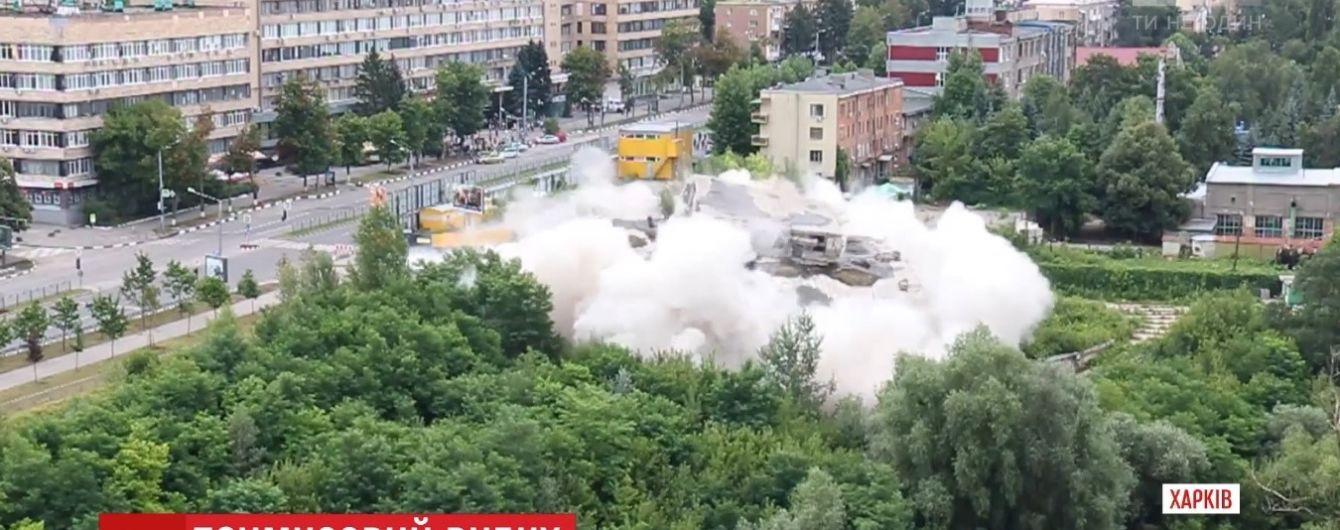В Харькове зрелищно взорвали многоэтажное здание