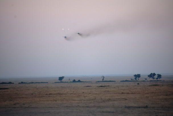 Прыжки с парашютами и боевая стрельба: Генштаб опубликовал захватывающее видео с учений бригад ВДВ