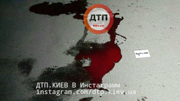В Киеве неизвестный порезал молодую девушку ножом