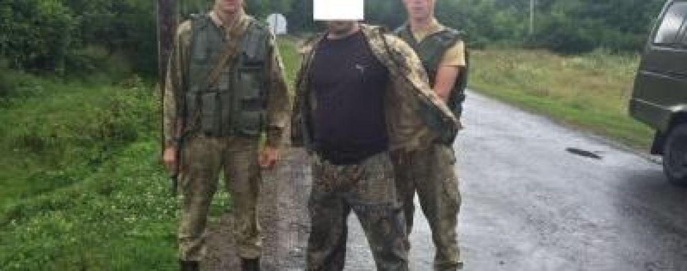 Помста по-закарпатськи: чоловіки напідпитку напали на прикордонників з ножем