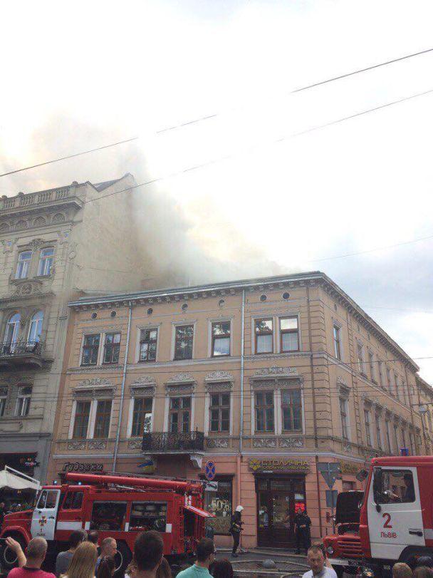 Центр Львова огорнуло димом через масштабну пожежу