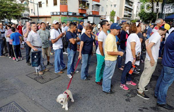 """Оппозиция в Венесуэле проводит референдум против """"диктаторских"""" планов Мадуро"""