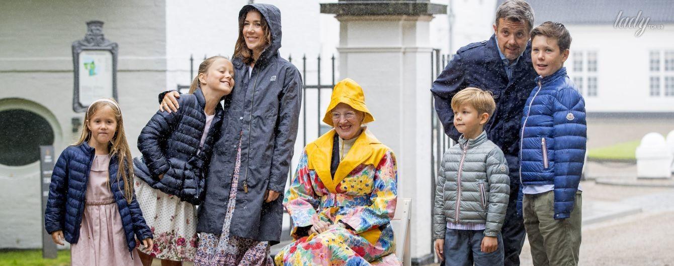Мокрые и смешные: королевская семья Дании на конном празднике