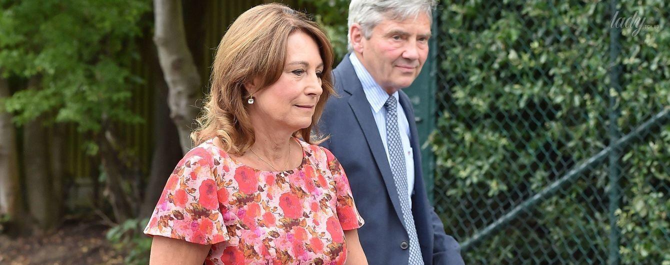 Любит цветочный принт: мама герцогини Кембриджской с мужем посетила Уимблдон