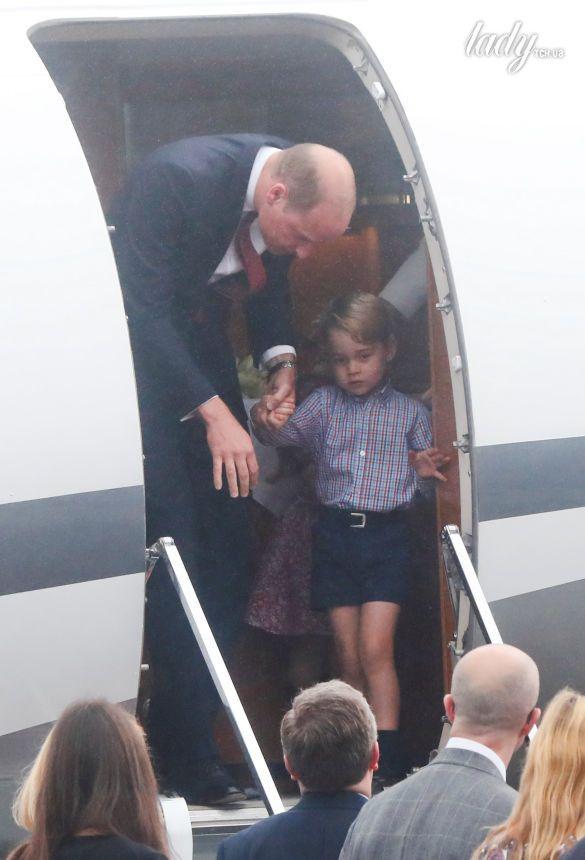 Принц Уильям, герцогиня Кембриджская, принц Джордж и принцесса Шарлотта прибыли в военный аэропорт в Варшаве_5