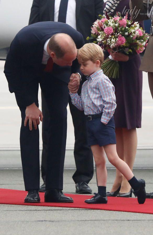 Принц Уильям, герцогиня Кембриджская, принц Джордж и принцесса Шарлотта прибыли в военный аэропорт в Варшаве_8