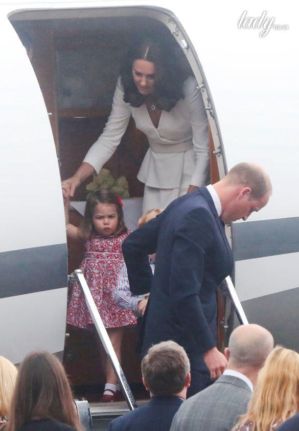 Принц Уильям, герцогиня Кембриджская, принц Джордж и принцесса Шарлотта прибыли в военный аэропорт в Варшаве_6