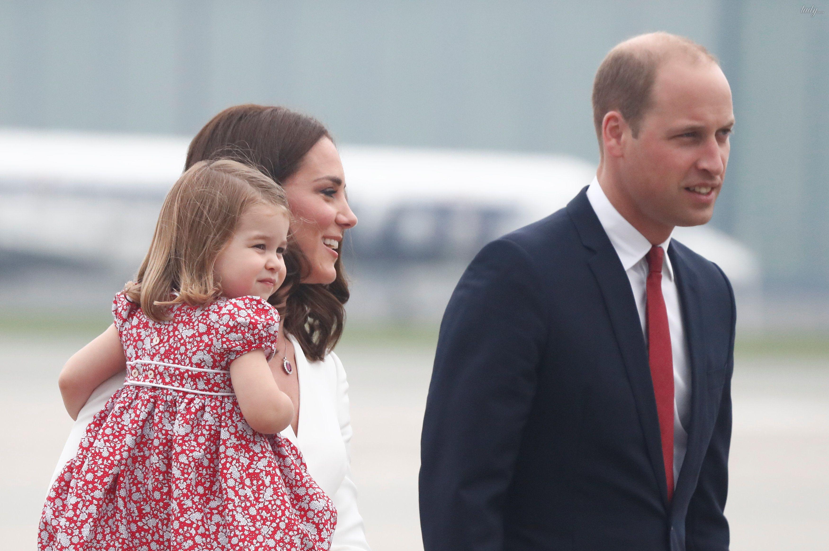 Принц Уильям, герцогиня Кембриджская, принц Джордж и принцесса Шарлотта прибыли в военный аэропорт в Варшаве_7