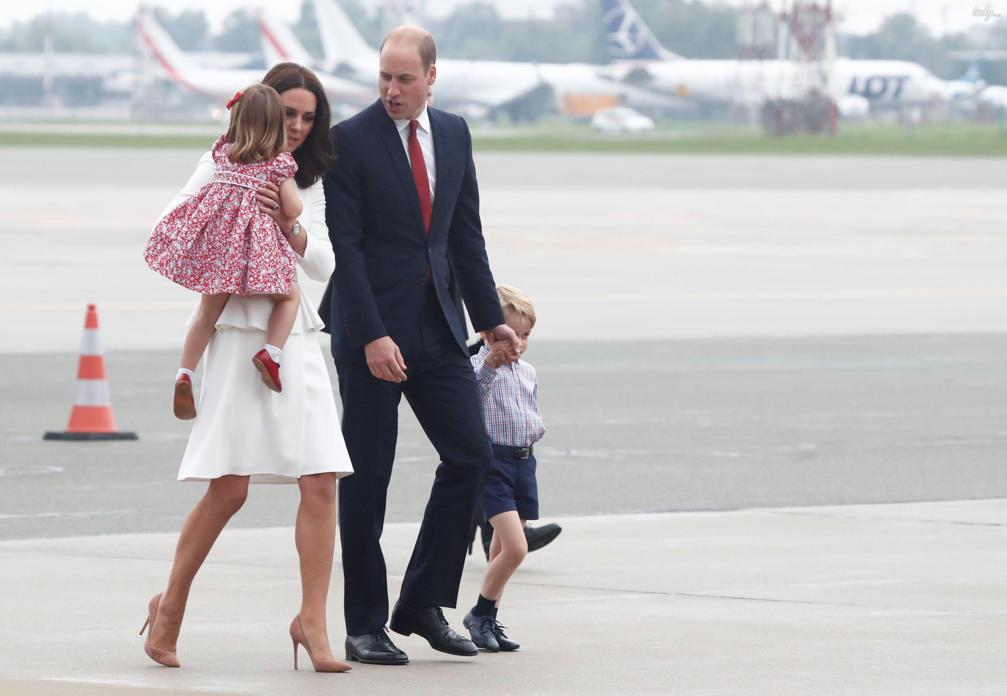 Принц Уильям, герцогиня Кембриджская, принц Джордж и принцесса Шарлотта прибыли в военный аэропорт в Варшаве_4