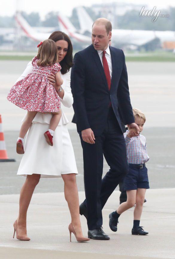 Принц Уильям, герцогиня Кембриджская, принц Джордж и принцесса Шарлотта прибыли в военный аэропорт в Варшаве_2