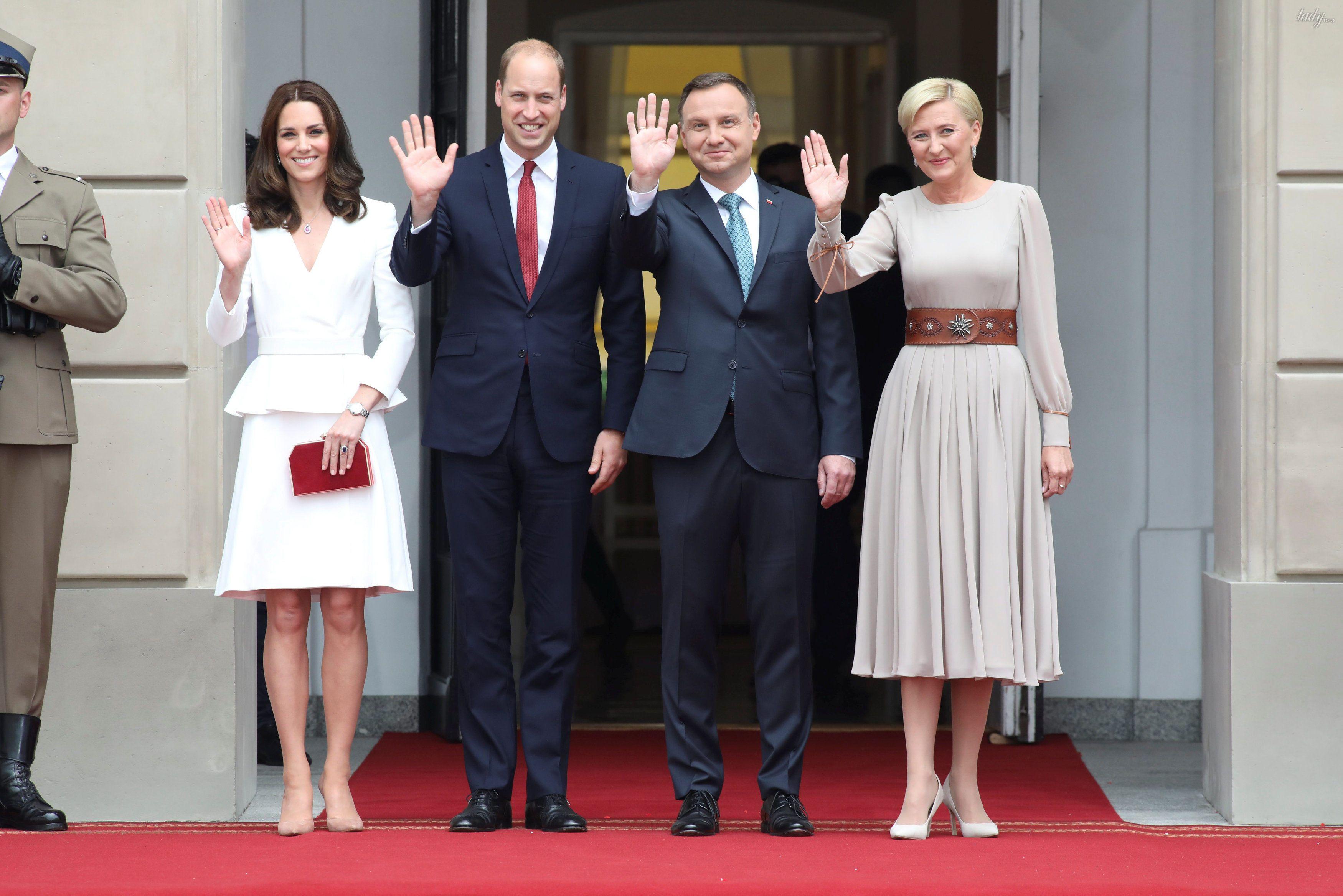 Принц Уильям, герцогиня Кембриджская, принц Джордж и принцесса Шарлотта прибыли в военный аэропорт в Варшаве_1