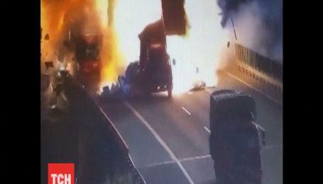 На автомагистрали в Китае на ходу взорвался фургон