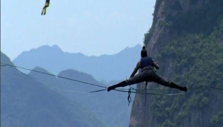 400 метров над пропастью: в Китае отчаянные смельчаки соревновались в ходьбе по гибкому канату