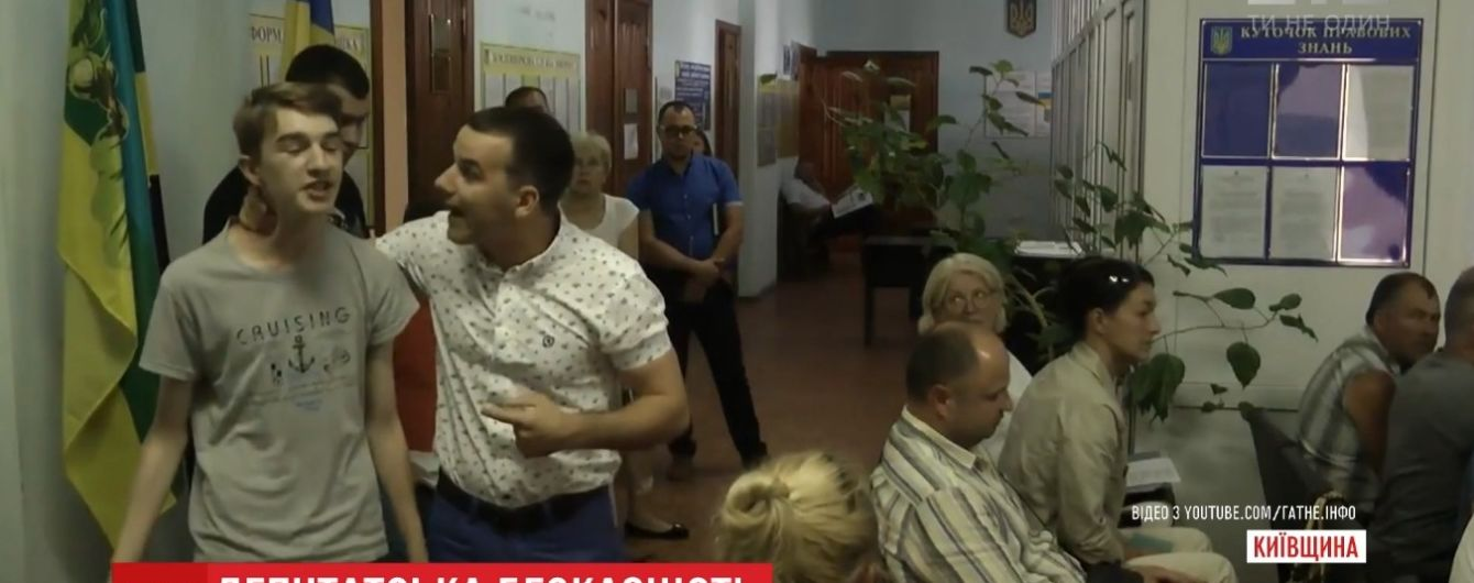 Під Києвом селяни готові висувати в президенти депутата, який скривдив школяра за критику