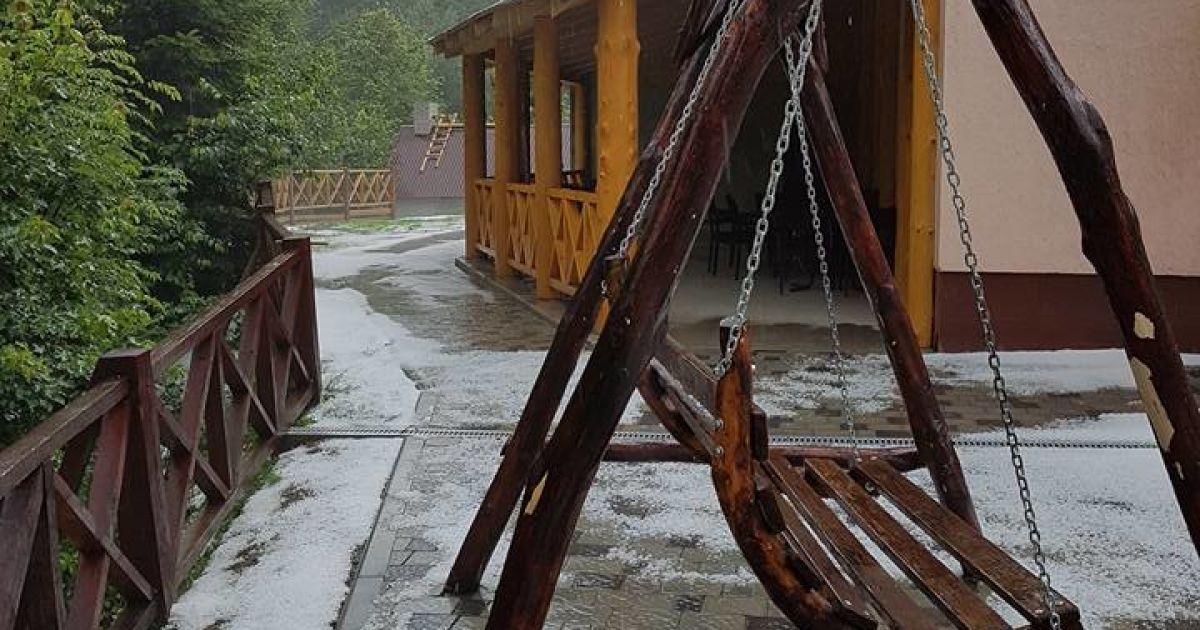 """На Закарпатті в липні випав сніг @ Готель """"Наташка"""" / Facebook"""