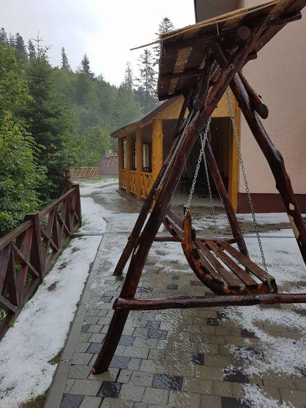 Природа сошла с ума. В Украине выпал снег, Азию накрыл мощный тайфун, а Черногория горит