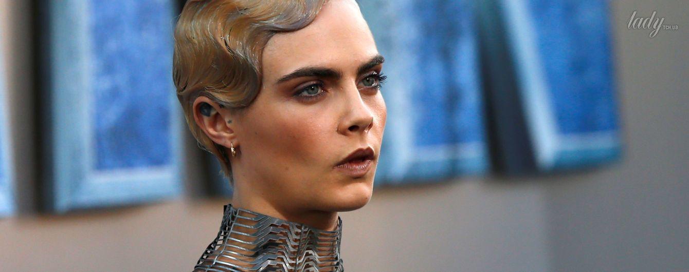 На голое тело: Кара Делевинь пришла на премьеру фильма в платье из серебряной проволоки