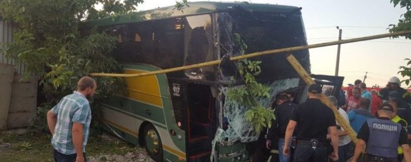 Возле Черновцов лоб в лоб столкнулись маршрутка и туристический микроавтобус, 20 человек пострадали