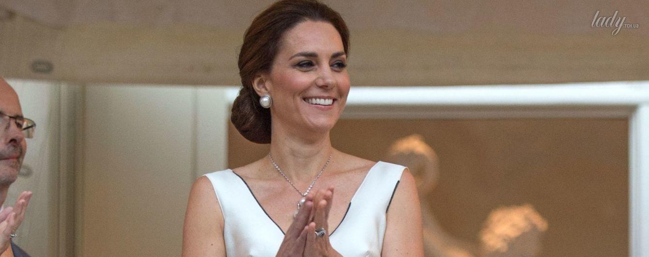 В платье с глубоким декольте: герцогиня Кембриджская надела на прием наряд от польского дизайнера