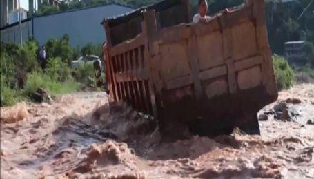 Двоє чоловіків опинилися у пастці посеред вируючої річки Китаю