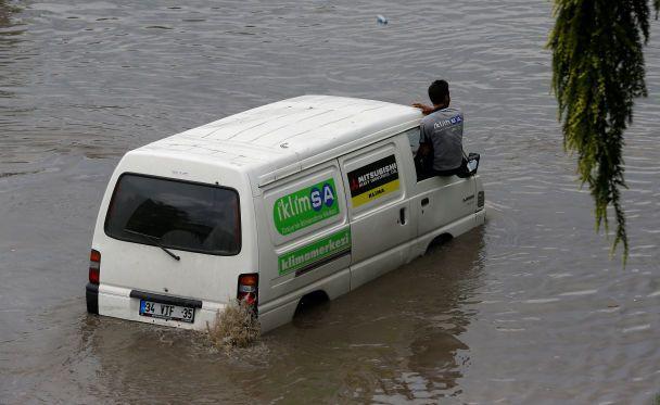 УСтамбулі злива паралізувала рух транспорту