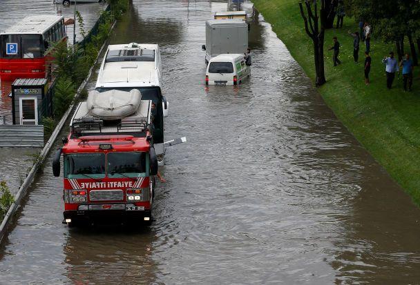 Сильні зливи паралізували Стамбул: затоплені дороги тастанції метро