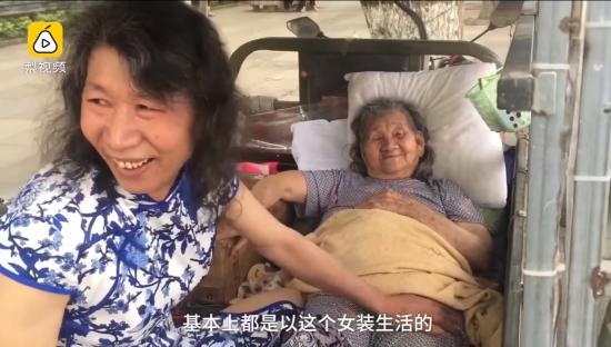 Китаєць двадцять років носив жіночий одяг заради хворої мами