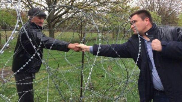 Під час візиту до Грузії Порошенко через колючий дріт потиснув руку грузину на окупованій РФ території