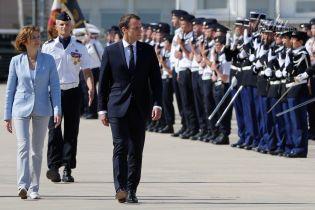 Красивая и стильная: министр Вооруженных сил Франции проводит смотр войск на военной базе