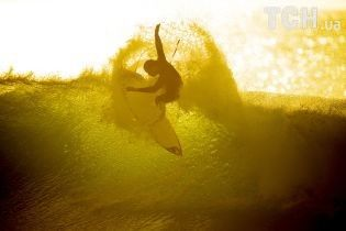 Повелители волн. Reuters опубликовало зрелищные фото серфинга в ЮАР