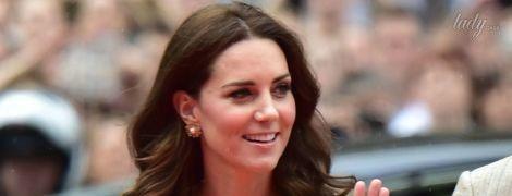 Герцогиня Кембриджская подчеркнула идеальную талию платьем любимого бренда