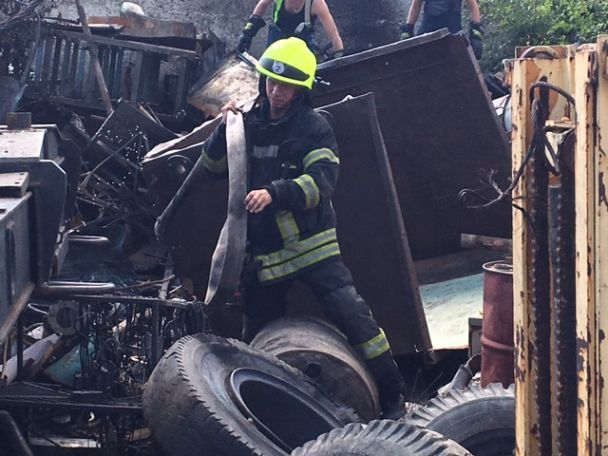 В Днепре прогремел взрыв возле пункта приема металлолома, пострадали спасатели