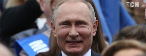 Туристка у центрі Москви поцілувала Путіна