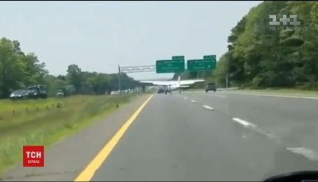 В Соединенных Штатах самолет совершил экстренную посадку на переполненную автомагистраль