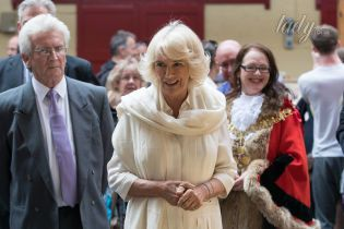 В белом наряде и с красивой укладкой: герцогиня Корнуольская пообщалась с поклонниками