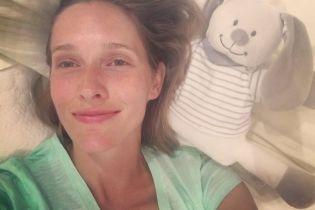 Загорелая и без макияжа: Катя Осадчая показала любимую игрушку сына