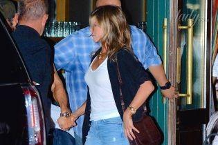 В рваных джинсах и на высоких каблуках: Дженнифер Энистон с мужем сходила на вечеринку