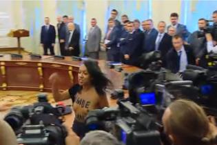 Активистка обнажила грудь перед Лукашенко и Порошенко на Банковой. Появилось видео