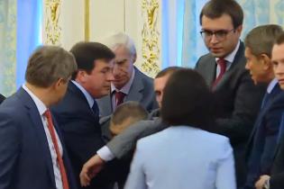 Главный пограничник Украины потерял сознание прямо во время выступления Лукашенко. Появилось видео