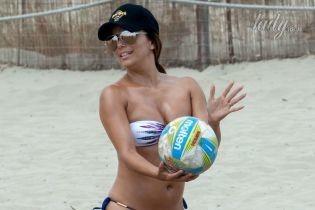 Совсем не идеальна: Ева Лонгория отдыхает на пляже на Ибице