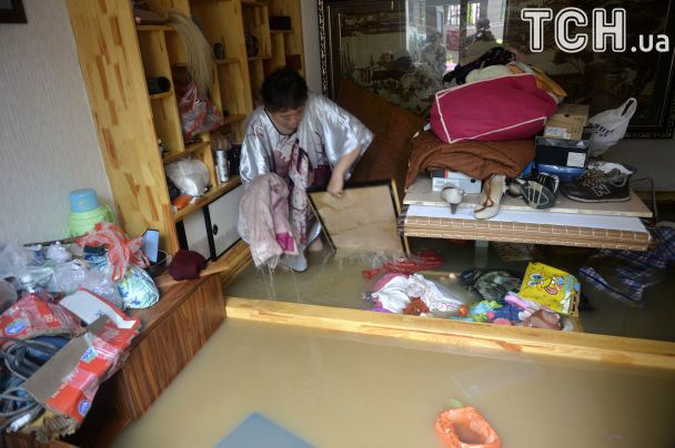 Знесені вщент будинки та вода по коліно. У Китаї безперестанку 11 днів тривають дощі