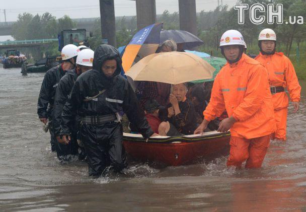 Снесенные дома и вода по колено. В Китае непрестанно 11 дней продолжаются дожди