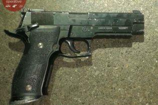 В Киеве нетрезвый мужчина с пистолетом угрожал детям